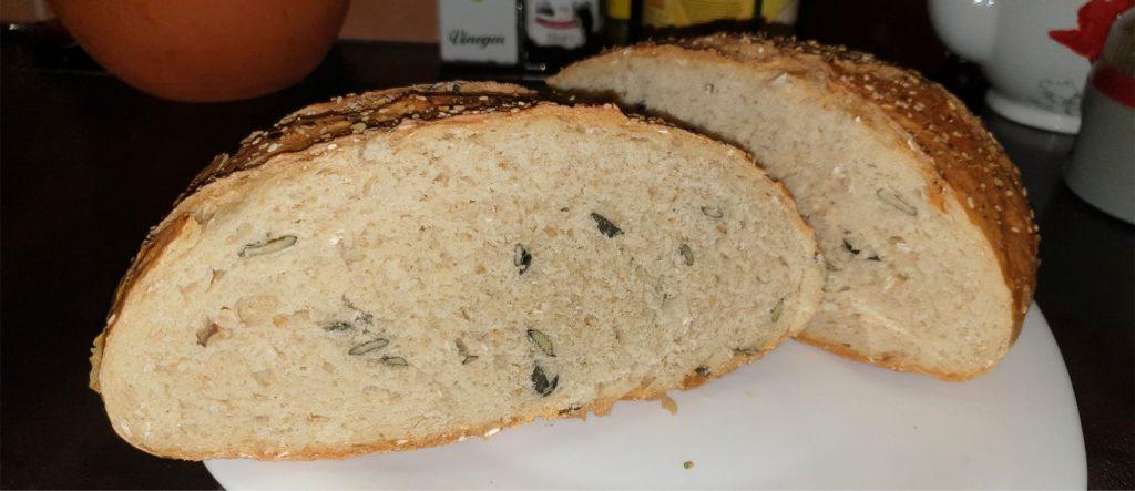 Tökmagos zabpelyhes kenyér sütődiszkoszban, ropogós a héja és puha a belseje.